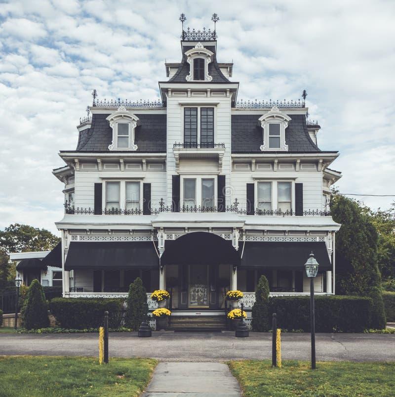 Beerdigungsinstitut des viktorianischen Stils aufwändig mit einzigartigem Krähennest I lizenzfreie stockfotografie