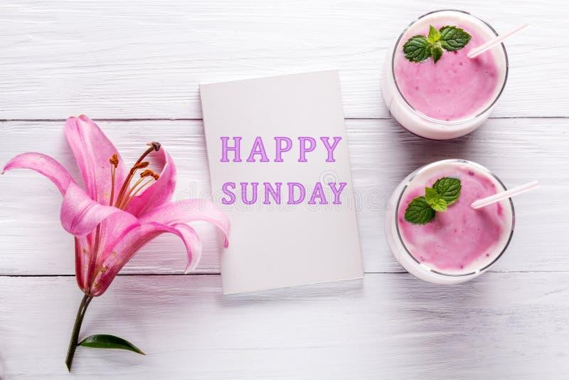 Beere Smoothie und eine Aufschrift: Glücklicher Sonntag stockfotos