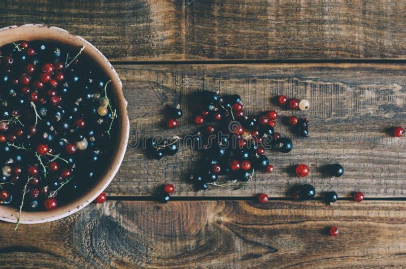 Beeren auf hölzerner Tabelle stockbilder