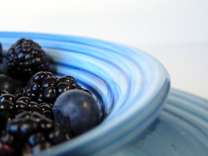 Beeren in der blauen Schüssel lizenzfreies stockfoto
