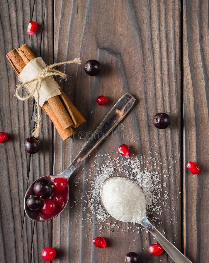 Beeren in einem Löffel Korinthe rot und schwarz Dunkler hölzerner Hintergrund stockfotos