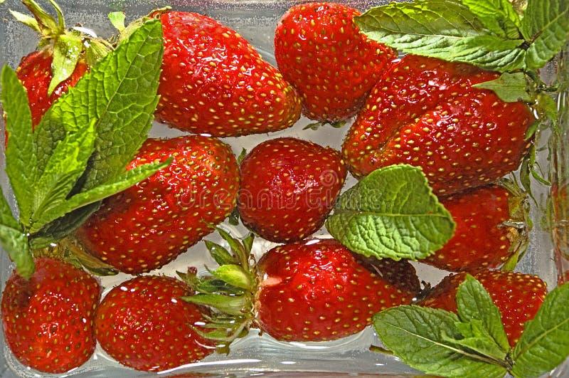 Beeren einer Erdbeere im Wasser lizenzfreie stockfotografie
