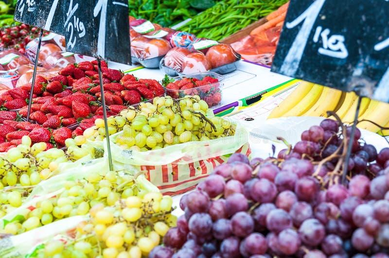 Beerenobst an einem Markt stockfoto