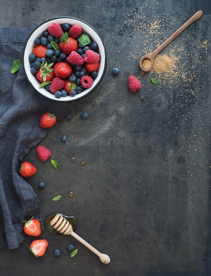 Beerenrahmen mit Kopienraum auf Recht Erdbeeren stockbilder