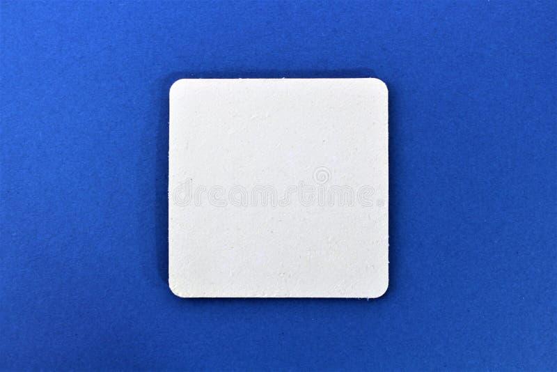 beermat的图象,有蓝色背景-与拷贝空间 库存图片
