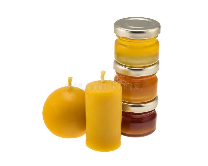 Beeswax świeczki i miodów słoje zdjęcie royalty free