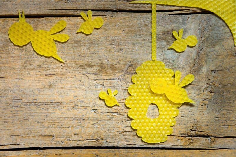 Beeswax, pszczoły i ul na drewnianym stole, copyspace fotografia royalty free