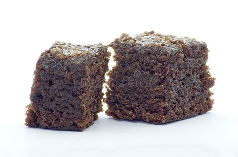 Beet Brownie Würfel auf weißem Hintergrund lizenzfreie stockfotografie