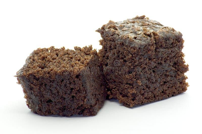 Beet Brownie Würfel auf weißem Hintergrund stockbild