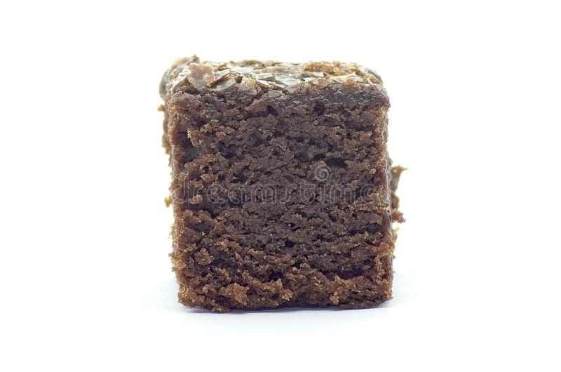 Beet Brownie Würfel auf weißem Hintergrund lizenzfreies stockfoto
