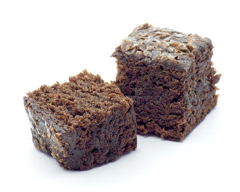 Beet Brownie Würfel auf weißem Hintergrund stockbilder