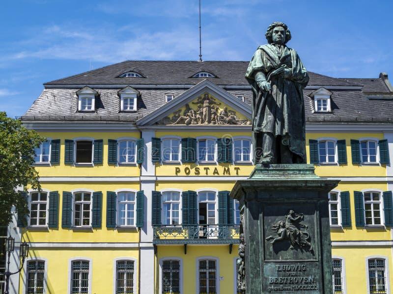 Beethovenmonument framme av den tidigare stolpen - kontor i Bonn, Tyskland fotografering för bildbyråer