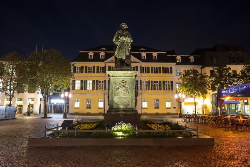 Beethovenstandbeeld Bonn Duitsland bij nacht royalty-vrije stock foto's
