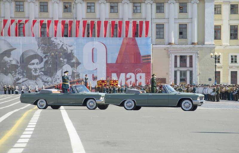 Befälhavaren av det västra militära området Överste-allmänt A A Sidorov öppnar med repetitionen av ståtar i heder av segraren arkivbilder