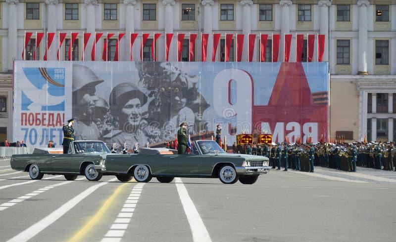Befälhavaren av ZVO Överste-allmänt A A Sidorov tar en repetition av ståtar i heder av segerdagen petersburg saint royaltyfri fotografi
