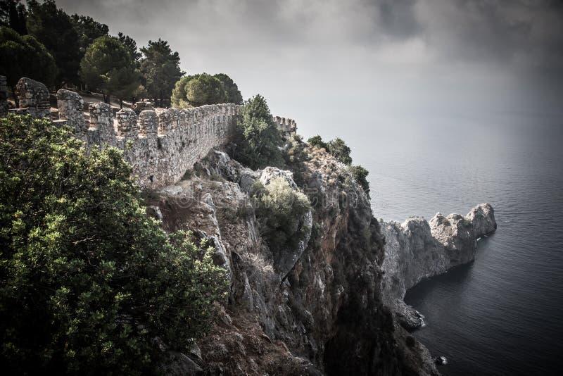 Befästning på kanten av en klippa in i lämna för hav drama royaltyfri bild
