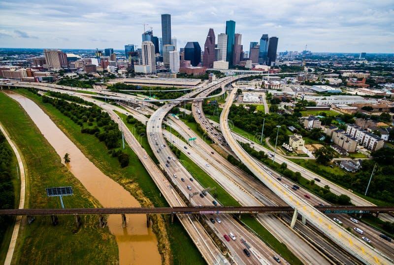Befördern Sie Brücken-Zersiedelungs-Brücke und Überführungs-hohe Luftbrummenansicht über Houston Texas Urban Highway-Ansicht mit  lizenzfreies stockbild