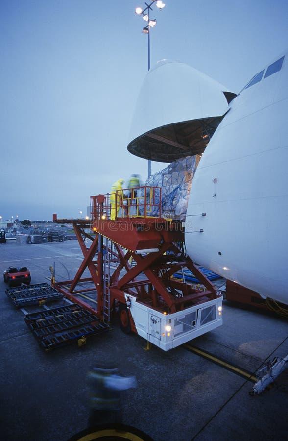 Befördern Sie Laden auf Boeing 747 Frachtflugzeuge Melbourne Australien stockbild