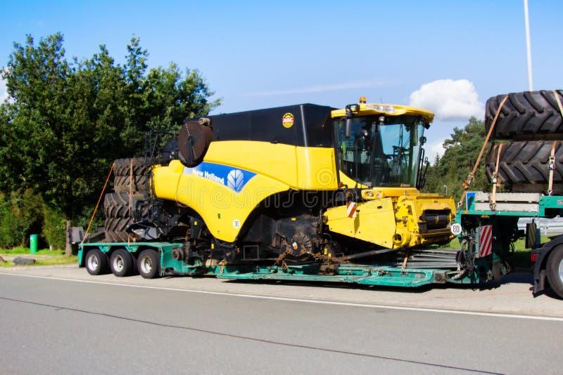 Beförderung landwirtschaftlicher Ernteerträge auf der Landstraße auf Bahnsteig lizenzfreie stockfotografie