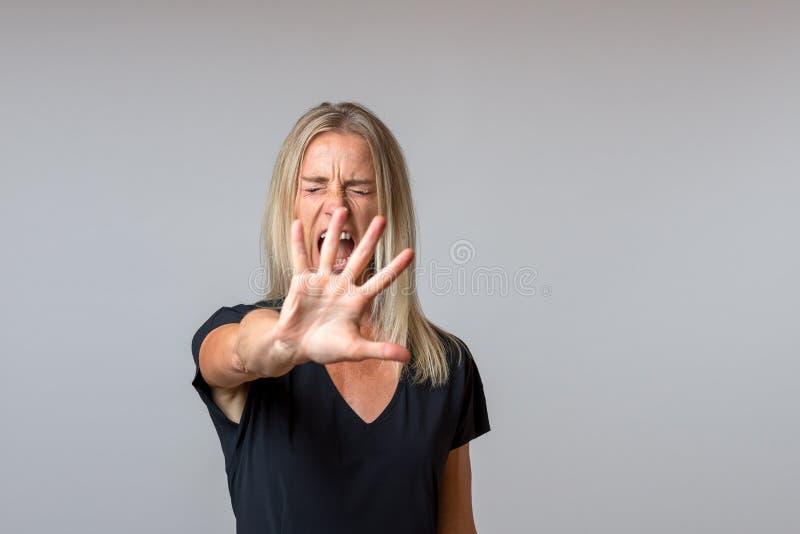 Befallande arrogant kvinna som gör en gest med hennes hand royaltyfri fotografi