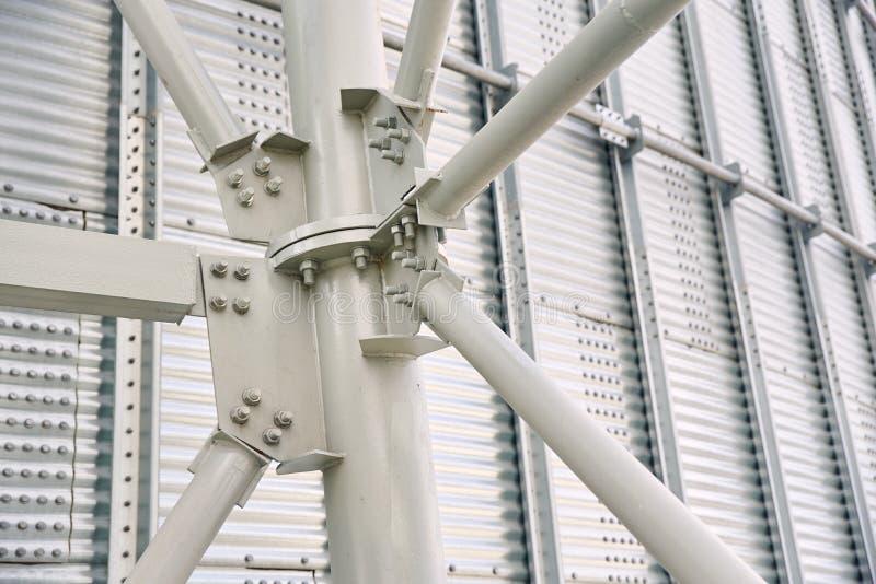 Befestigen eines modularen Metallbaus stockfotos