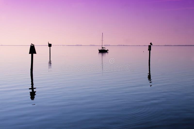Befestigtes Segelboot auf Tampa Bay lizenzfreie stockfotos