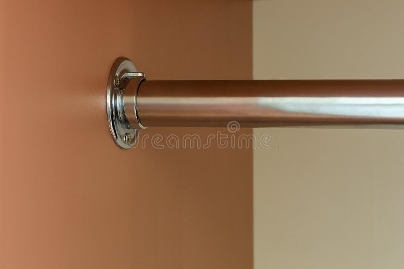Befestigungspunkt der Stange für Kleidungsaufhänger im Garderobenabschluß oben lizenzfreies stockbild