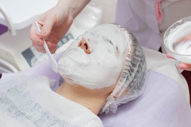 Befeuchtende Maske Kosmetiker Nanost nach Ultraschallreinigung der Haut stockfotos