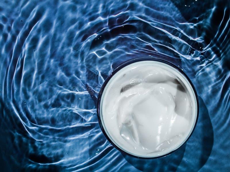 Befeuchtende Sch?nheitscreme, skincare und Badekurortkosmetik lizenzfreies stockfoto