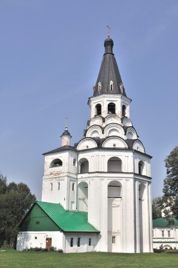 Beffroi et église dans Alexandrov Kremlin, Russie image libre de droits