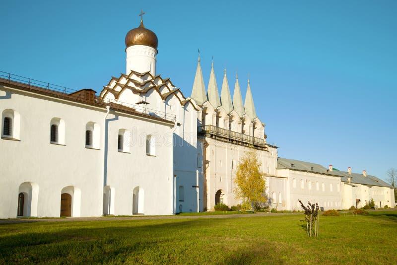 Beffroi et église de Pokrovskaya du monastère de Tikhvinsky Uspensky, jour d'octobre Tikhvin, Russie photographie stock