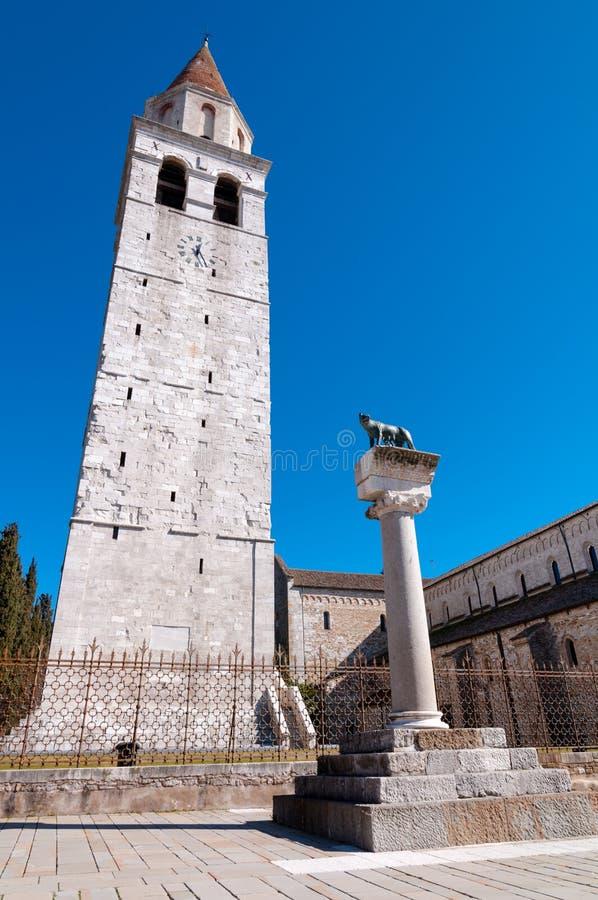 Beffroi et loup romain chez Basilica di Aquileia image libre de droits