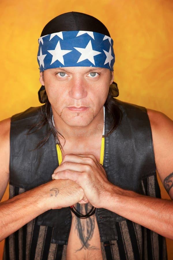 befjädra den stiliga tatueringen för den blandade racen för mannen arkivbilder
