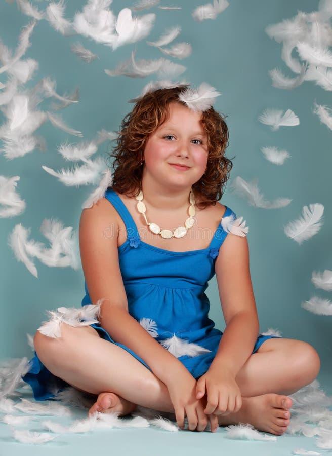 befjädrar flickapreteenwhite royaltyfria bilder