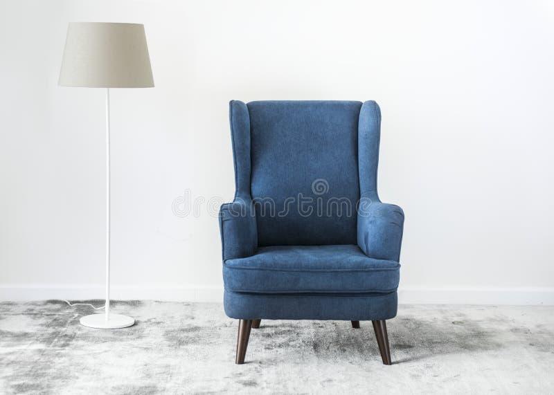 Beflügeln Sie zurück Stuhl auf einem Teppich keine Leute stockfotografie