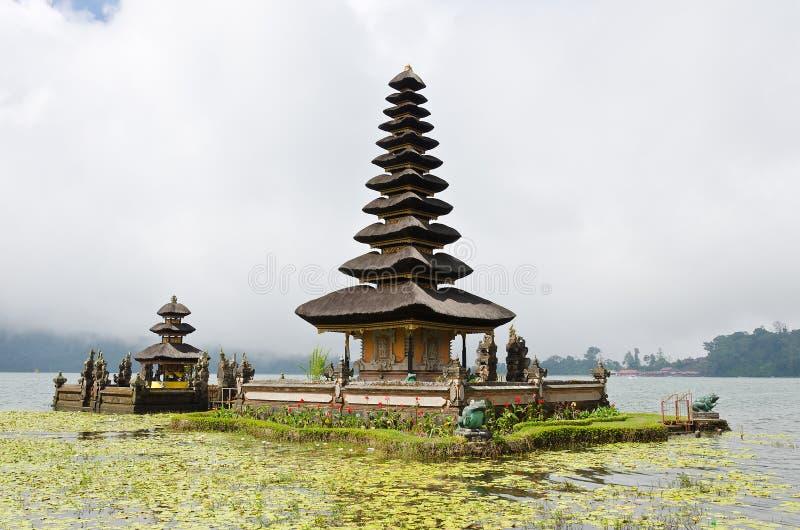 Befog det Pura Ulun Danu tempelet arkivbild