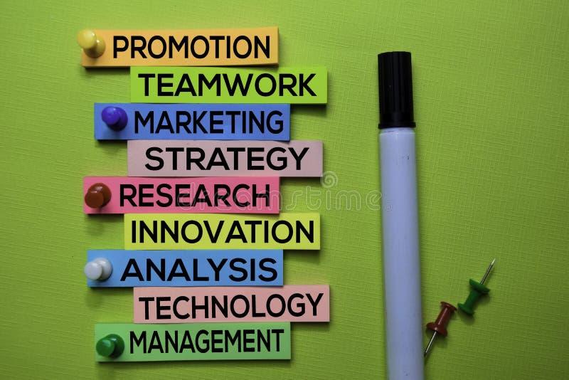 Befordran teamwork, marknadsföring, strategi, forskning, innovation, analys, teknologi, ledningtext på klibbiga anmärkningar som  royaltyfri fotografi