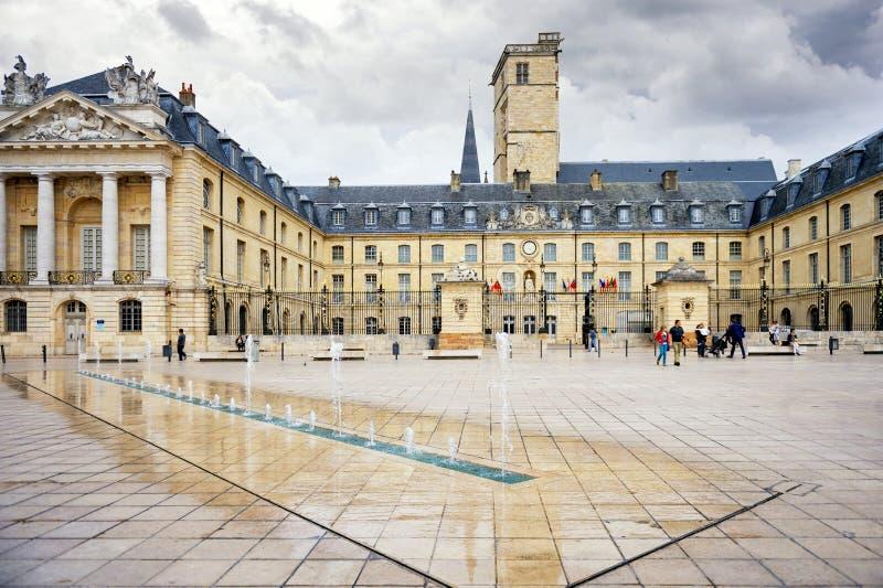 Befreiungs-Quadrat und der Palast von Herzögen von DES-ducs de der Burgund Burgunders Palais in Dijon, Frankreich lizenzfreie stockfotos