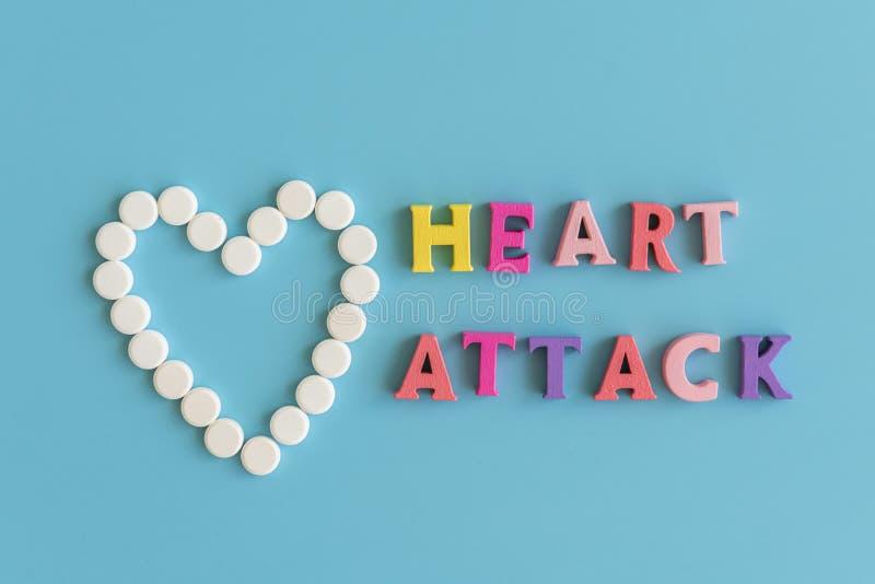 Befruktning av en hjärtinfarkt Inskriften på en blå bakgrund är en hjärtinfarkt royaltyfri foto