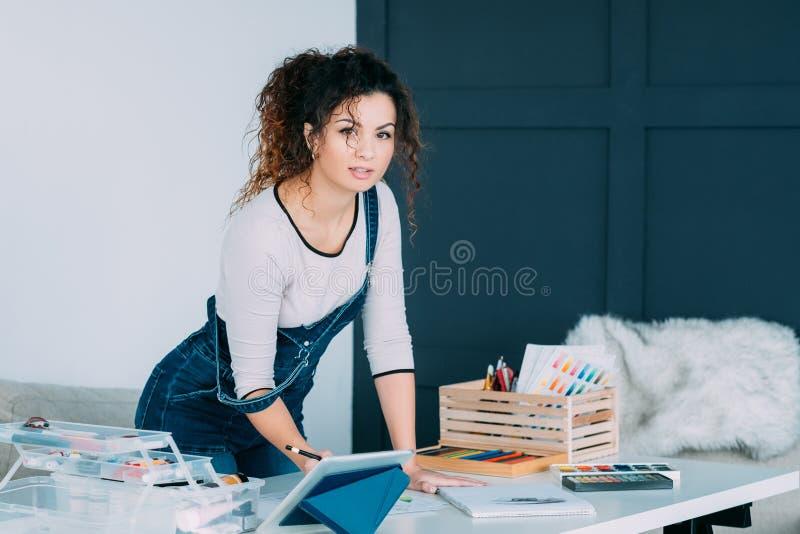 Begåvad dam för idérik hobby som drar den hem- studion royaltyfri bild