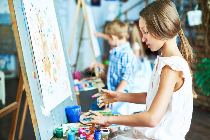 Begåvad liten flicka i Art Studio arkivbild