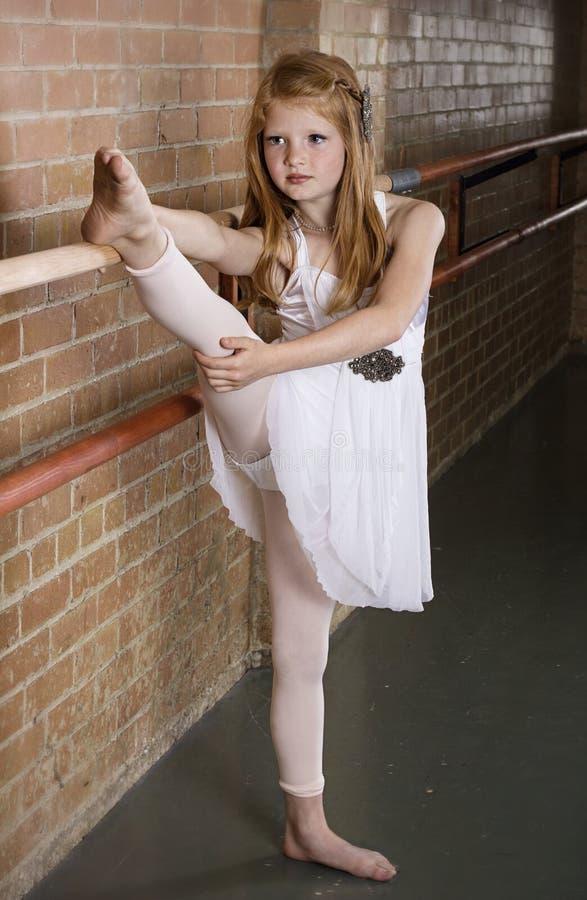 Begåvad ung dansare Stretching arkivfoton