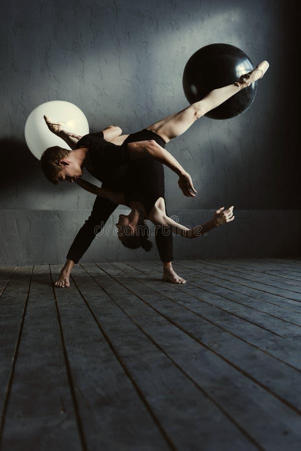 Begåvade balettdansörer som utför i nära växelverkan arkivbilder