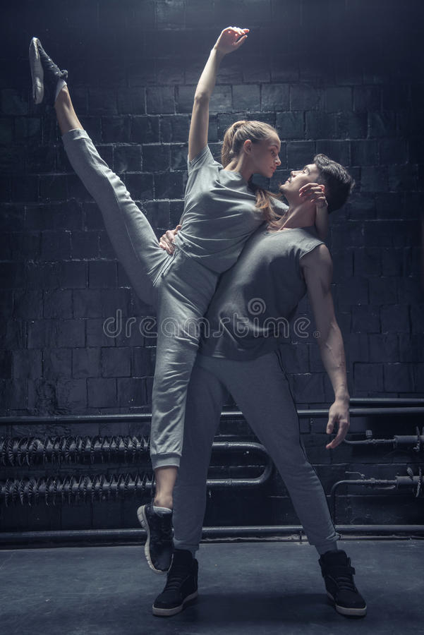 Begaafde dansers die in de zwarte ruimte presteren royalty-vrije stock afbeelding