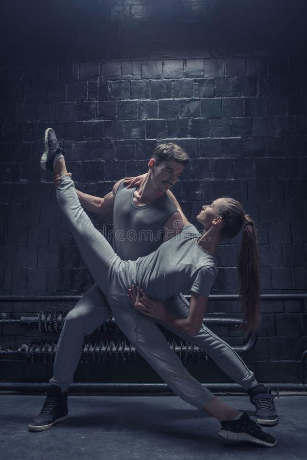 Begaafde jonge danser die haar flexibiliteit tonen royalty-vrije stock foto