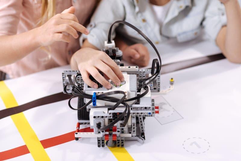 Begaafde kinderen die robot gebruiken op school royalty-vrije stock foto