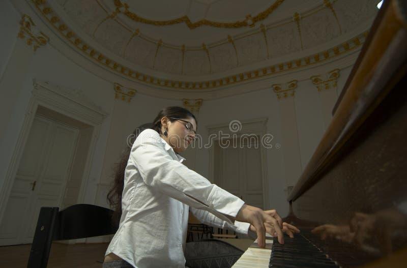 Begaafde Pianist bij piano-2 stock afbeeldingen