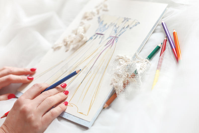 Begabte Damenschneiderin entwirft Braut-Kleidung stockfotos