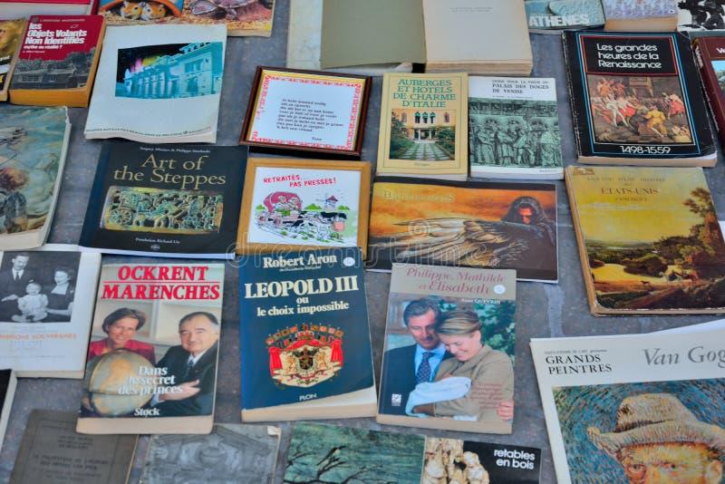 Begagnade böcker i holländare och fransman på en lokal marknad i Bryssel fotografering för bildbyråer