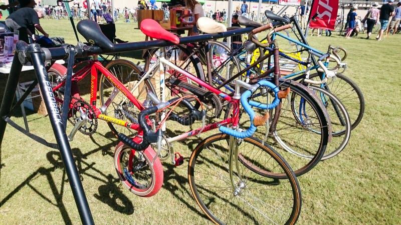 Begagnade cyklar i olikt format och märket som är till salu på den Canterbury velodromen i den årliga händelsen av den klassiska  arkivfoton